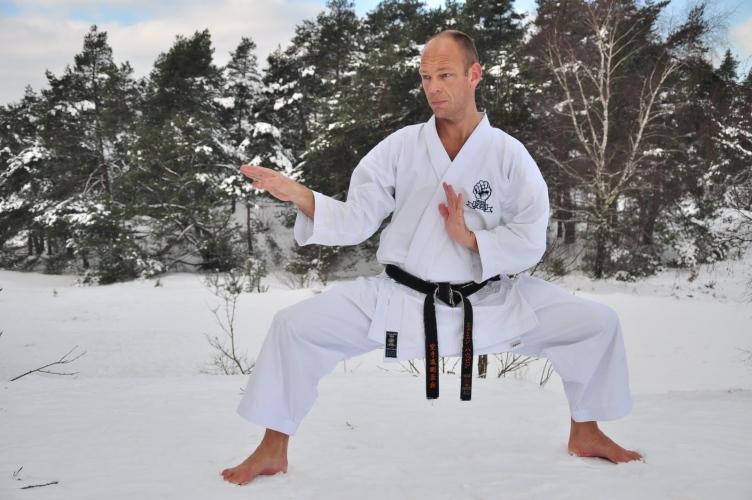 Kees Nieuwenhuizen Shidoin shiko dachi en kake uke in sneeuw